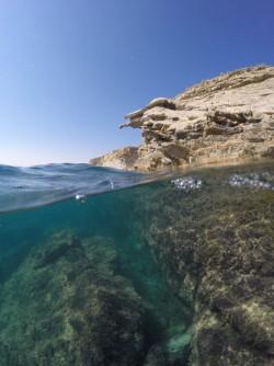 Playa La Caleta - Playa La Caleta - Fondo marino rocoso y acantilado exterior. Inmersión practicando snorkel o buceo
