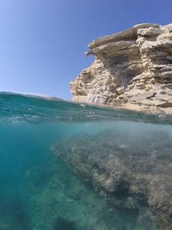 Playa La Caleta - Playa La Caleta - Fondo marino y vistas del acantilado costero. Inmersión practicando snorkel o buceo.