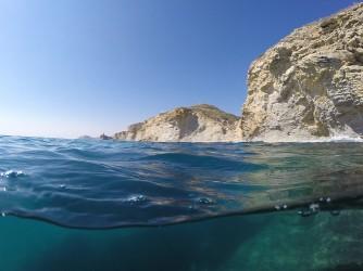 Playa La Caleta - Playa La Caleta - Vista panorámica de los acantilados costeros y al fondo vemos la Torre Guaita situada en la playa del Charco