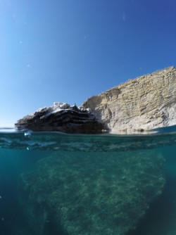 Playa La Caleta - Playa La Caleta - Fondo marino rocoso y acantilado practicando snorkel