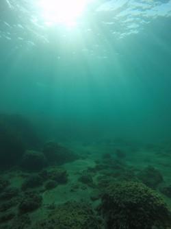 Snorkel playa del Charco - Snorkel playa del Charco - Precioso fondo arenoso con rocas salteadas y bonito efecto de los rayos del sol entrando en el agua.