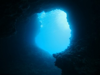 Racó del Corb - Racó del Corb - Pequeña cueva bajo el mar, en el acantilado de la sierra de Toix