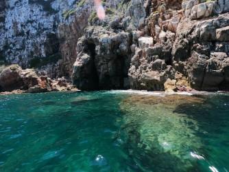 Ruta SUP Cova Tallada - Ruta SUP Cova Tallada - Detalle de las rocas y el agua cristalina.