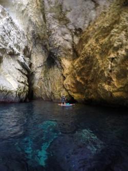 Ruta Granadella Moraig - Ruta Granadella Moraig - Interior de cueva, que empieza como una grieta en el acantilado y entra mucha luz.