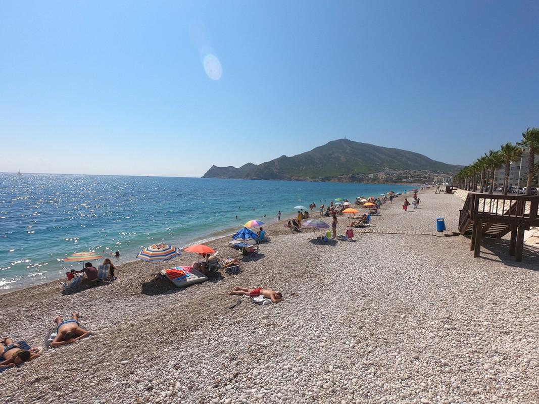 Playa Cap Blanch - Playa Cap Blanch - Playa de grava con accesos desde el paseo que une con la playa de Albir.