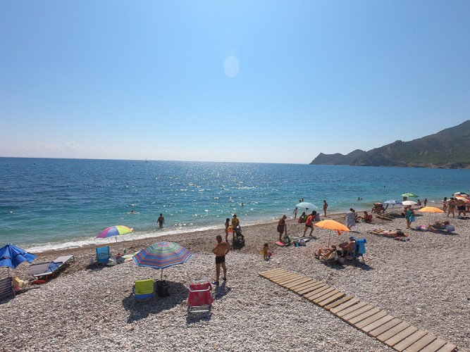 Playa Cap Blanch - Playa Cap Blanch - Aguas cristalinas y poca ocupación en pleno verano para esta playa en temporada alta.