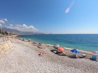 Playa Cap Blanch - Playa Cap Blanch - Vistas hacia el norte con la Serra de Bernia y el Peñón de Ifach al fondo.