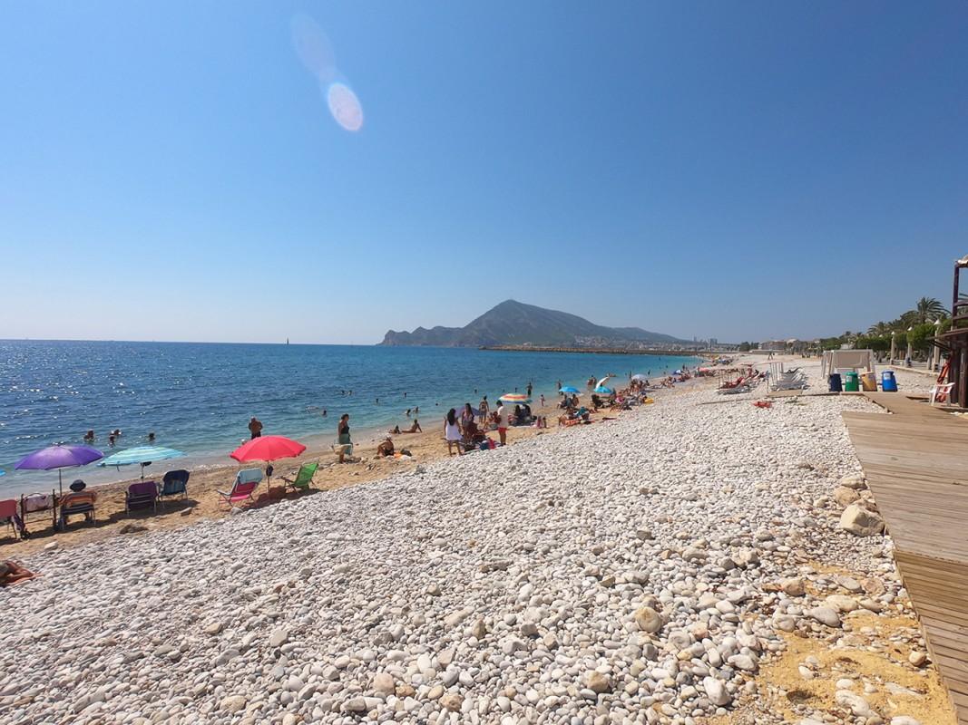 Playa de la Roda - Playa de la Roda - Vistas de la playa con la Serra Gelada al fondo.