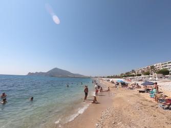 Playa de la Roda - Playa de la Roda - Detalle a primera línea de playa con el parque natural de la Serra Gelada al fondo.