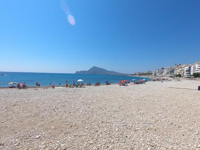 Playa de la Escollera - Playa de la Escollera - Zona urbana de gran anchura. Vistas de la Serra Gelada al fondo.