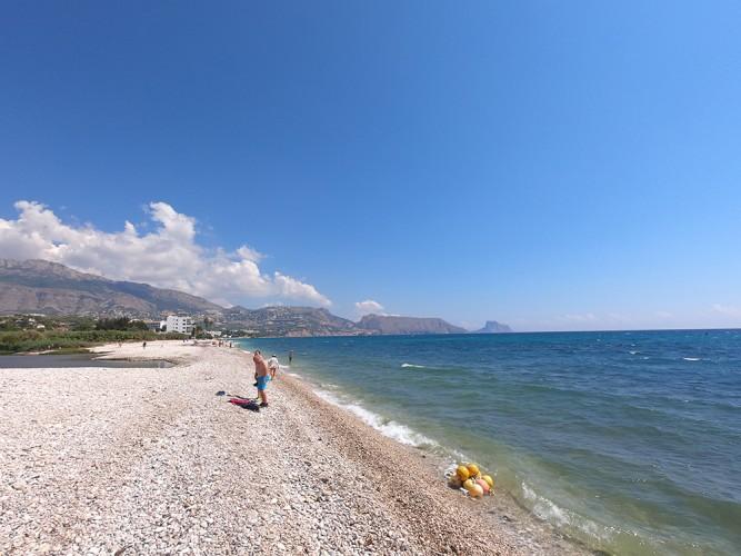 Playa de la Escollera - Playa de la Escollera - Zona más al norte en la desembocadura del río Algar. Vistas de la sierra de Bernia, Toix y Peñón de Ifach.