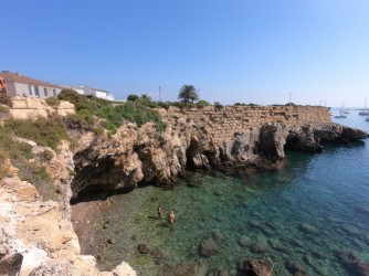Cala del Francés - Cala del Francés - Vistas de la muralla y la entrada a la Cova del Llop Marí. Aguas cristalinas y fondos rocosos.