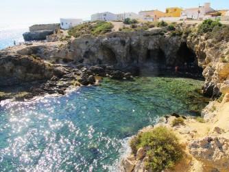 Cala del Francés - Cala del Francés - Se observa la bajada a la Cala y las cuevas, con aguas cristalinas .