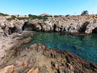 Cala del Francés - Cala del Francés - Plataforma de roca y cuevas al fondo. La del Llop Marí a la derecha.