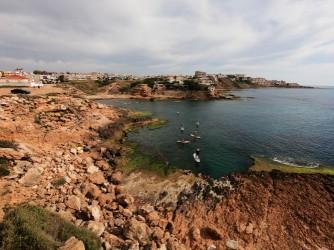 Cala de la Zorra - Cala de la Zorra - Plataforma rocosa y aguas cristalinas. Grupo de gente con las tablas de paddle surf.