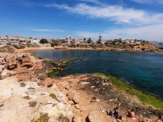 Cala de la Higuera - Cala de la Higuera - Panorámica de la cala desde la zona rocosa, donde hay plataformas donde poner la toalla, tumbarse y acceder al mar.