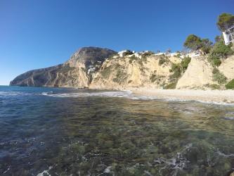Cala Les Urques - Cala Les Urques - Vista panorámica de la cala y el morro de Toix al fondo