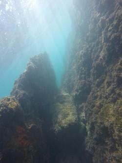 Cala Les Urques - Cala Les Urques - Fondo marino rocoso, practica de snorkel o buceo.