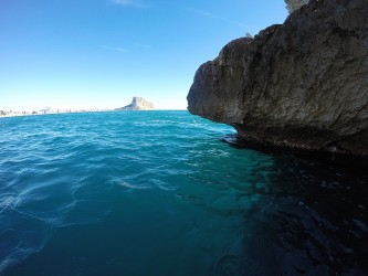 Cala Les Urques - Cala Les Urques - Vista del peñón de Ifach y Calpe desde el mar.