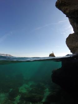 Cala Finestrat - Cala Finestrat - Vista fondo marino rocoso practicando snorkel o buceo. Cormoranes tomando el sol. Benidorm - Alicante