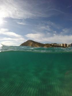 Cala Finestrat - Cala Finestrat - Vista fondo marino de arena y acantilado sur de la cala. Practicando snorkel o buceo. Benidorm - Alicante