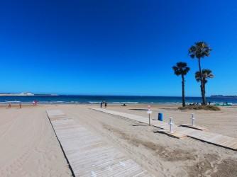 Playa de los Náufragos - Playa de los Náufragos - Pasarelas de madera y ducha para pies.