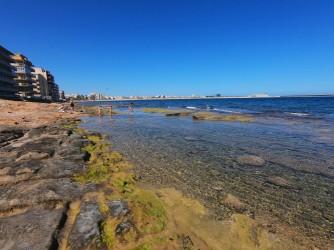 Playa de los Náufragos - Playa de los Náufragos - Zona rocosa en la parte sur frente al conjunto de edificios que continúa hasta la Cala de Ferris.
