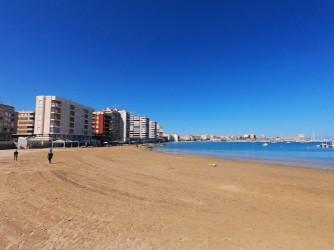 Playa del Acequión - Playa del Acequión - Parte sur de la playa con amplia zona de arena dentro del Puerto de Torrevieja.
