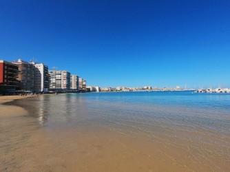 Playa del Acequión - Playa del Acequión - Aguas siempre tranquilas ya que se encuentra protegida al oleaje por los muros de roca del puerto.