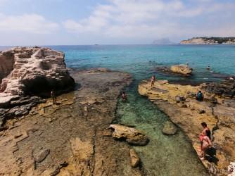 Playa de la Ampolla - Playa de la Ampolla - Zona del este cantera de roca y aguas cristalinas.