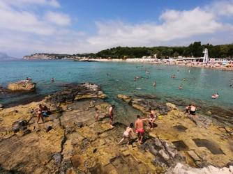 Playa de la Ampolla - Playa de la Ampolla - Zona rocosa del este con antigua cantera.