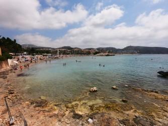 Playa de la Ampolla - Playa de la Ampolla - Vista panorámica desde el oeste donde hay una zona rocosa con esculturas.