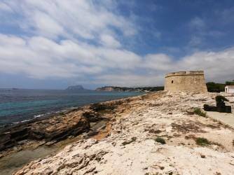 Playa de la Ampolla - Playa de la Ampolla - Castillo de Moraira al este de la playa. Con otra zona de cantera de roca que se usó para su construcción.