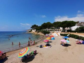 Cala de les Platgetes - Cala de les Platgetes - Detalla de la cala de arena y el paseo marítimo ajardinado.