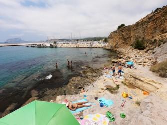 Cala del Portixol - Cala del Portixol - Las rocas forman varios niveles de terrazas donde dejar las cosas y tomar el sol.