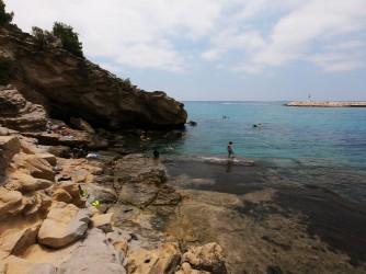 Cala del Portixol - Cala del Portixol - Plataforma de roca dentro del mar.