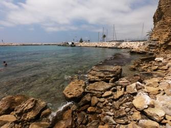 Cala del Portixol - Cala del Portixol - Zona más al este con rocas y vistas al puerto.