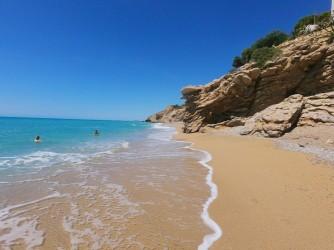 Platja de l'Esparrelló - Platja de l'Esparrelló - Detall la platja nudista i de banyistes gaudint d'ella.