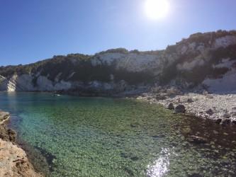 Cala de Dins - Cala de Dins - Aguas cristalinas y acantilado sur