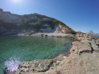 Cala de Dins - Cala de Dins - Aguas cristalinas cala y espigón rocoso