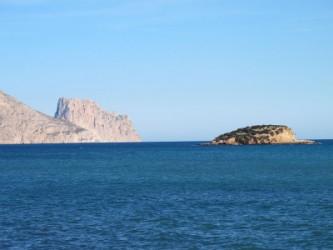 Isla de la Olla - Isla de la Olla - Vista desde tierra, al fondo el Morro de Toix y el Peñón de Ifach