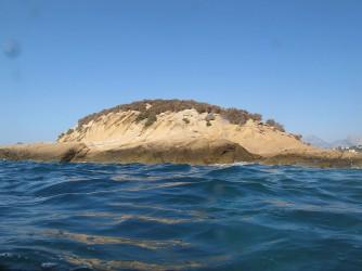 Isla de la Olla - Isla de la Olla - Foto tomada desde el mar de la parte trasera, zona rocosa.