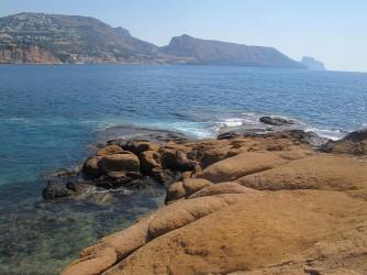 Isla de la Olla - Isla de la Olla - Zona rocosa y vistas de la sierra de Toix, Morro de Toix y del peñón de Ifach