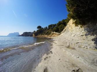 Cala dels Pinets - Cala dels Pinets - Zona rocosa de la cala donde también nos podemos tumbar al sol.