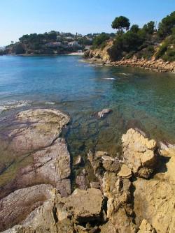 Cala dels Pinets - Cala dels Pinets - Detalle de las formaciones rocosas y el agua cristalina