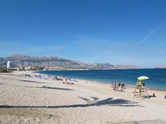 Playa del Albir - Playa del Albir - Vista a pie de playa mirando al norte. Sierra de Bernia, Morro de toix y peñón de Ifach al fondo.