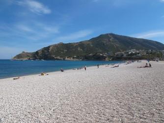 Playa del Albir - Playa del Albir - Vista a pie de playa mirando hacia el sur. Parque natural de la Sierra Gelada y punta del Albir, donde se encuentra el Faro del Albir.