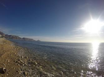 Platja de l'Olla - Platja de l'Olla - Vistes de la platja mirant cap al nord. Serra i Morro de Toix i Peñal d'Ifach al fons.