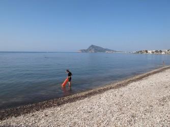 Platja de l'Olla - Platja de l'Olla - Dona a punt de fer una inmersió i practicar snorkel. Zona Villa Gadea amb troç de platja de grava.