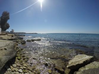Playa de la Albufereta - Playa de la Albufereta - Zona rocosa en la parte este de la playa. Inicio del camino costero de Cabo de Huertas.